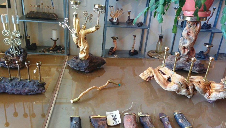 חפצי אומנות עשויים מחומרים מהטבע בגלריה של עליזה חזן במצפה רמון צילום-ענת רסקין