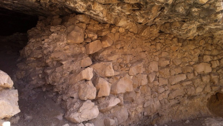 קיר אבן בכניסה למערת אל זבייאדה צילום-ספי הנגבי