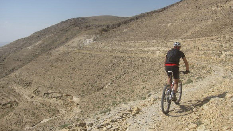 רוכב אופניים בודד בדרך אדום צילום-דב פוניו