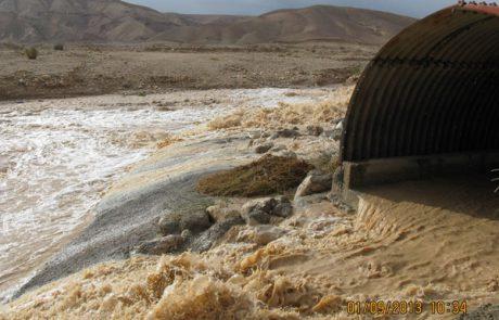 חילוץ לילה של נהג שמשאיתו נתקעה בשיטפון בנחל חימר