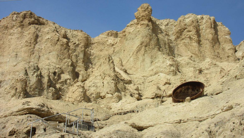 פתח המערה במעלה הסולמות מול מחנה העובדים צילום-ענת רסקין