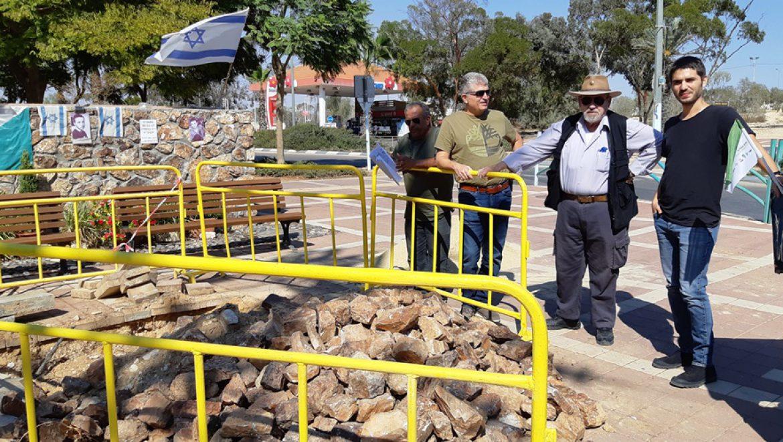 יונתן אבן צור שמטפח את מתחם הזיכרון בערד עם בועז קוקיא ואיציק גמליאל במקום בו תוצב החנוכיה צילום-ענת רסקין