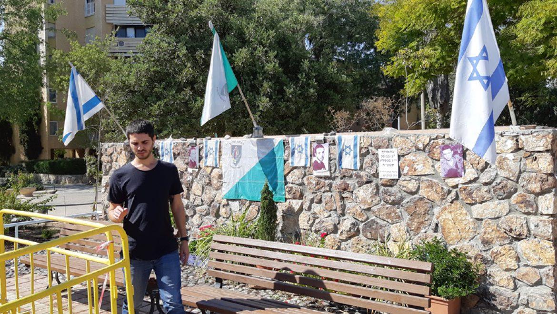 """דור קוקיא אחיו של סמל רון קוקיא ז""""ל ליד קיר זיכרון שיצרו תושבי ערד צילום-ענת רסקין"""