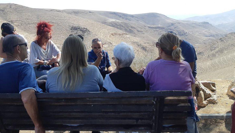 על הספסל עליו נהג לשבת עמוס עוז בסוף רחוב נוף מול נוף המדבר צילום-ענת רסקין