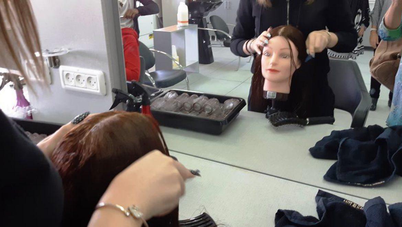 תלמידה בעבודה מעשית במגמת עיצוב שיער בצור-אורט ערד צילום-ענת רסקין