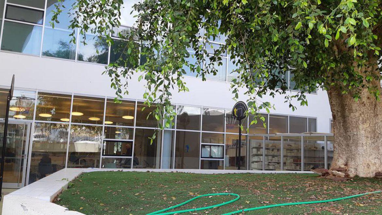 מבט מהגינה לאולם הפיזיותרפיה צילום-ענת רסקין