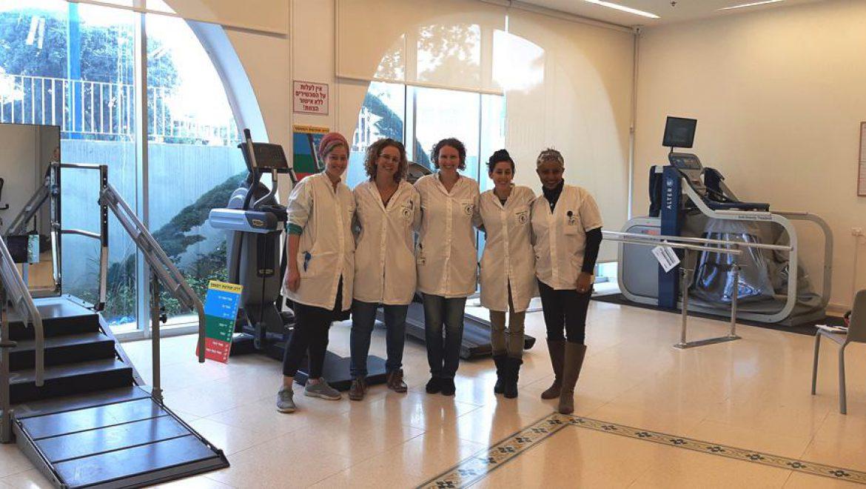 הצוות המקצועי באולם הפיזיותרפיה המאובזר צילום-ענת רסקין