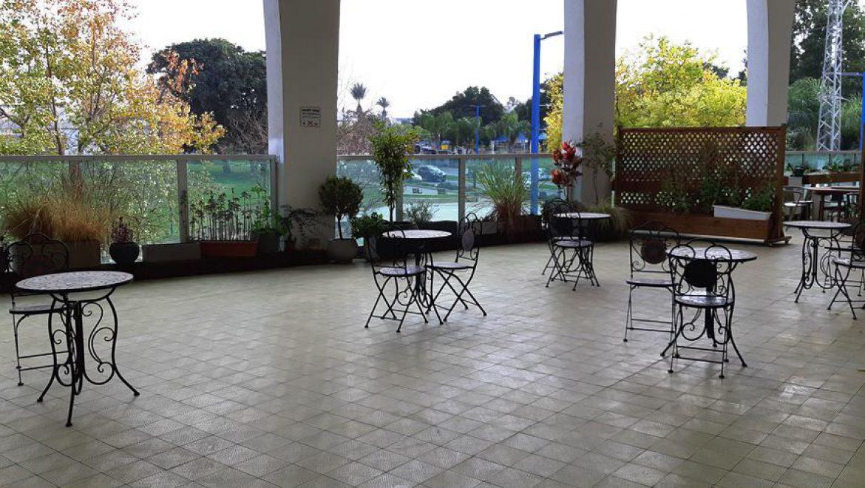 מרפסת רחבה לטופת מטופלים ומלוויהם במרכז עזרה למרפא בדרות צילום-ענת רסקין