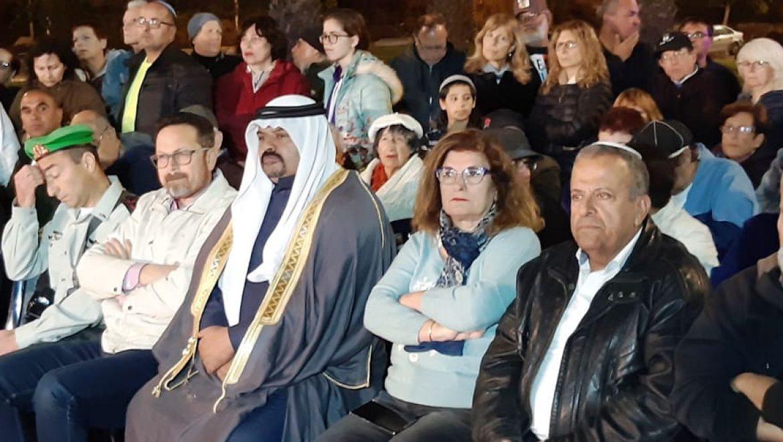 איציק גמליאל ואשתו, נכבדים בדואים, ראש העיר ערד בן חמו ומפקדו של רון קוקיא צילום-ענת רסקין