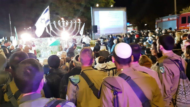 תושבי ערד בטקס הדלקת החנוכייה לזכרו של סמל רון קוקיא צילום-ענת רסקין