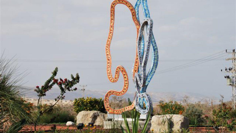 בכניסה לכיכר סדום פסל של ג'וג'ו צילום-ענת רסקין