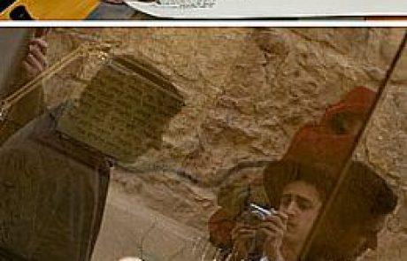 הכנסת ספר תורה בבית הכנסת העתיק שעל בימת ההר בגן לאומי מצדה