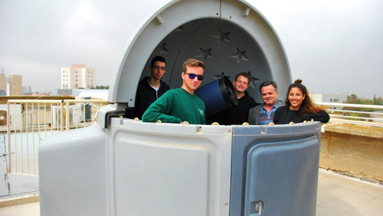המורה ניקולאי שוורץ עם תלמידי  תוכנית מצפה הכוכבים צילום-ענת רסקין