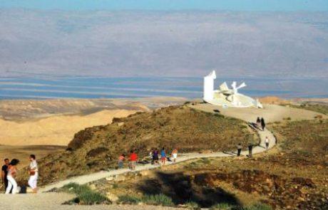 מצפור מואב והפסל של תומרקין בערד