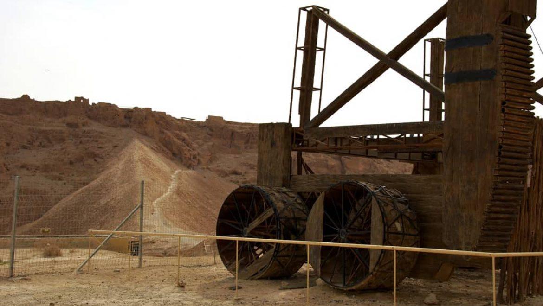 מכונות רומיות מול הסוללה במצדה צילום-ענת רסקין