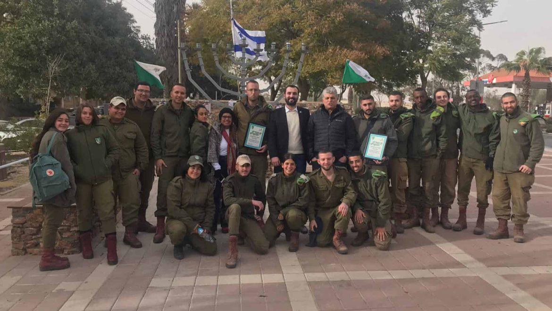 """חיילי הנח""""ל עם האב בועז קוקיא בפינת הזיכרון ע""""ש סמל רון קוקיא בערד"""