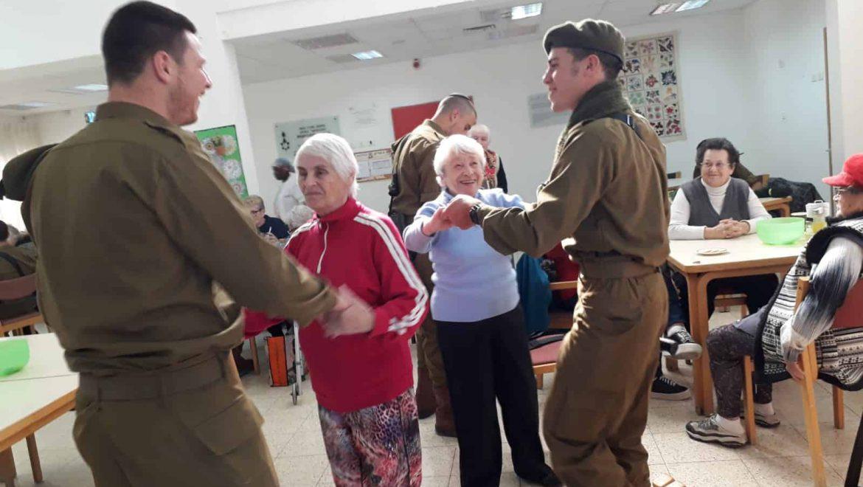 """חיילי הנח""""ל רוקדים בבית גלעד בערד צילום-אילנה פורת"""