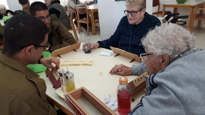 """חיילי בא""""ח נח""""ל משחקים עם המבוגרים בבית גלעד בערד צילום-אילנה פורת"""
