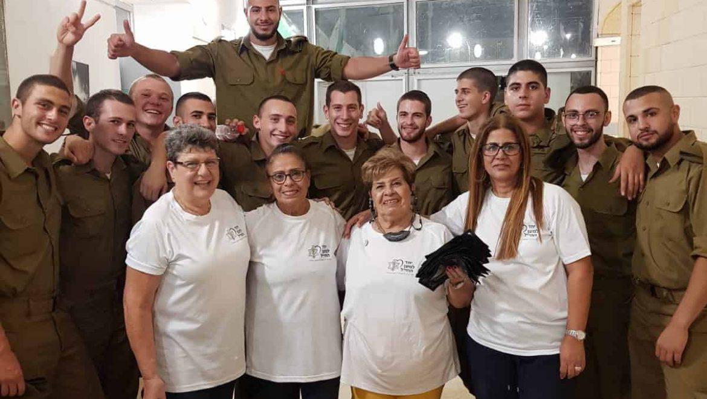 """מתנדבות הוועד למען החייל בערד עם חיילי בא""""ח נח""""ל צילום-אילנה פורת"""