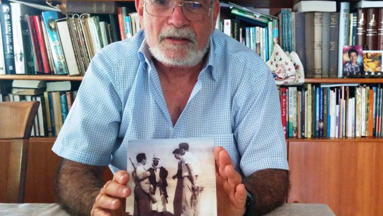 דר' זאב זיוון עם ספרו צילום-ענת רסקין