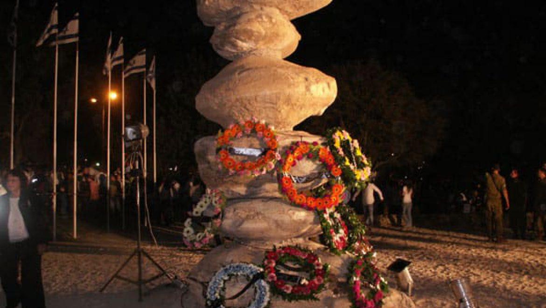 """פסל הבולבוסים משמש גם טקס היזכרון לחללי צה""""ל, בני ערד, ביום הזיכרון צילום-ענת רסקין"""